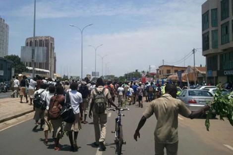 manif etudiants lome 12 avril 2013