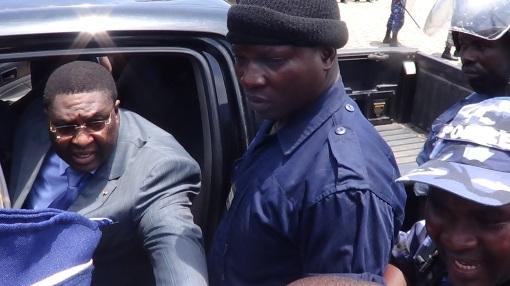 P. Bodjona dans le véhicule devant le conduire à la prison de Tsévié