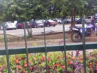 un corps sans vie couvert au sol après la fusillade à l'aéroport de Lomé
