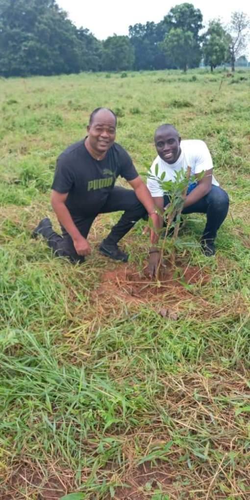 Peter Dogbe ( Correspondant Rfi au Togo, Président sortant de L'UPF-Togo, en t.shirt noir) et Loïc Lawson, Directeur de Publication du journal Flambeau des Démocrates et Président en exercice de l'UPF-Togo